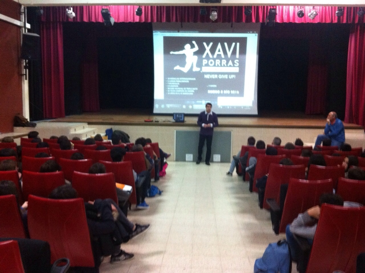 Image of Xavi Porras doing a conference to students of Salesians of Badalona