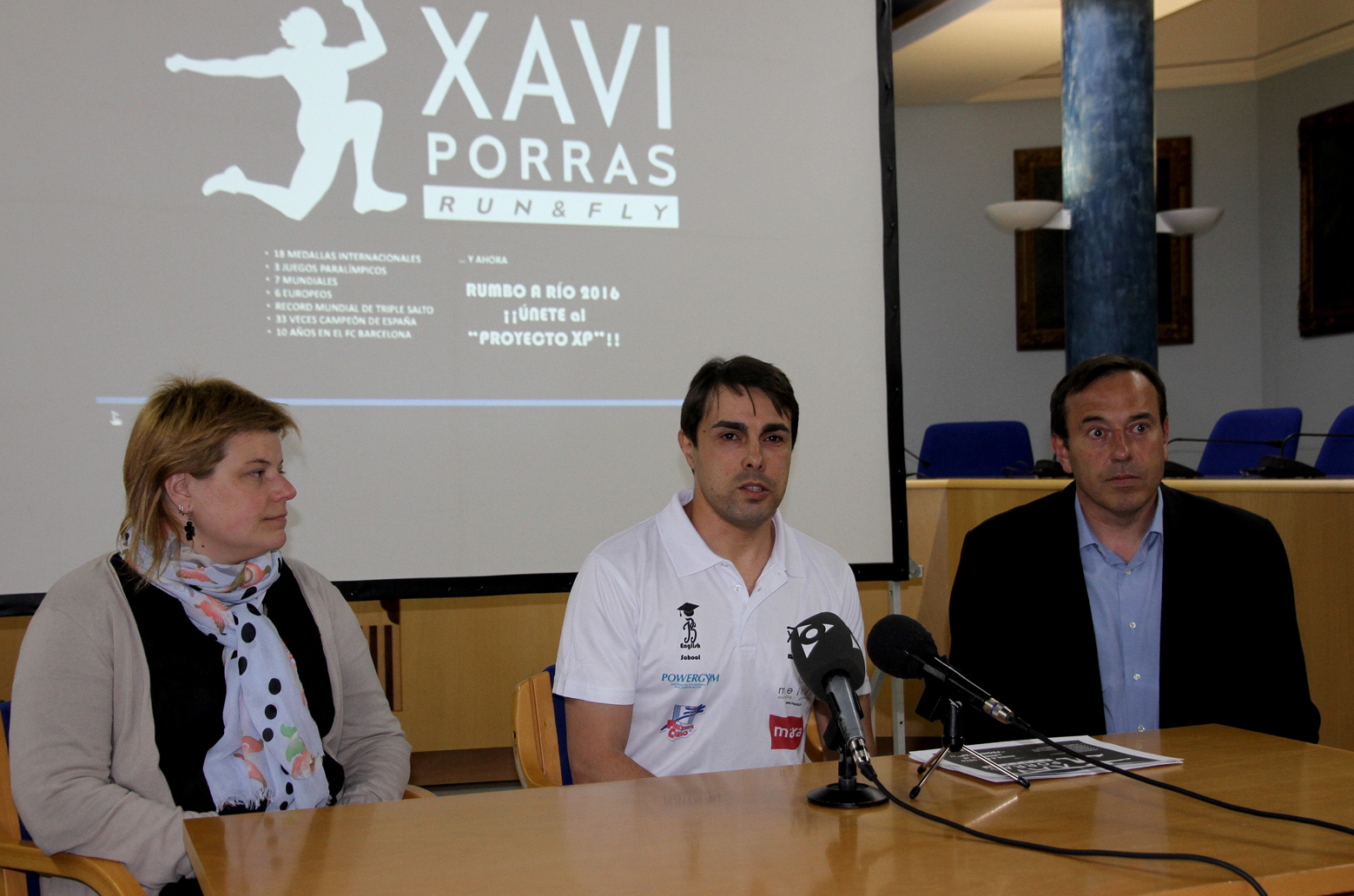 Image of Xavi Porras with the Deputy Mayor and Councilor of Sports from Olot